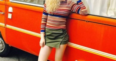Elena Kampouris feet